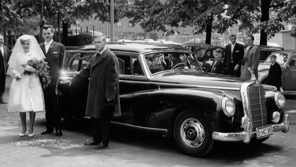 Gerd Riemann mit Brautpaar und Mercedes 300