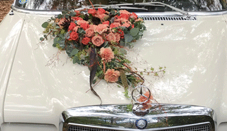 Blumengesteck als Motorhaubenschmuck