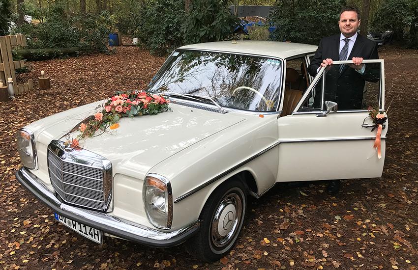 Das Hochzeitsauto und sein Chauffeur