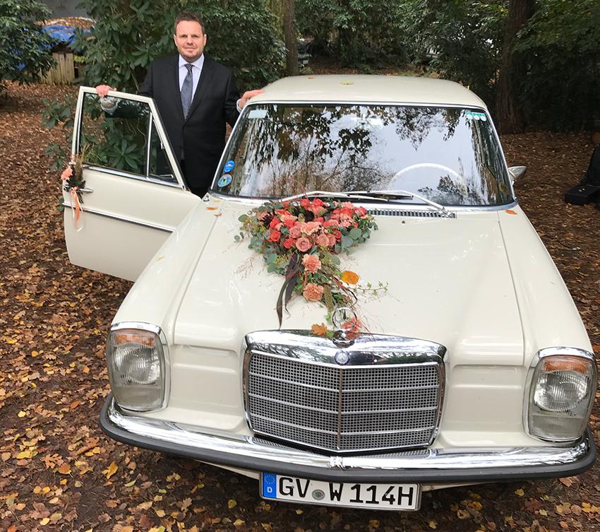 Das Hochzeitsauto und der Hochzeitsfahrer